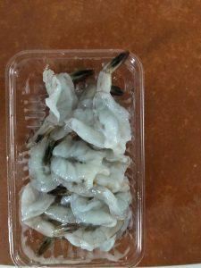 海老の殻を剥く腸をとる