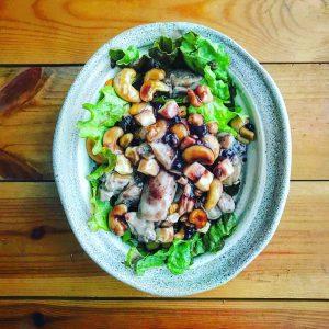 鶏肉とカシューナッツのブルーベリーソース、デリ風サラダ