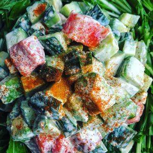 サーモン、アボカド、きゅうりのタルタル風チリ水菜サラダ