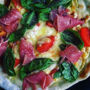 バジル、トマト、生ハム、 チーズのフレッシュピッツァ