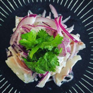 鯛と紫たまねぎとパクチーのサラダ