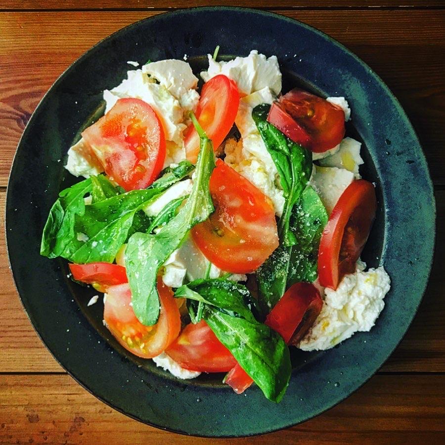 豆腐とルッコラのカプレーゼ風サラダ