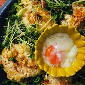温泉卵で食べるカイワレたっぷり豆腐ハンバーグ