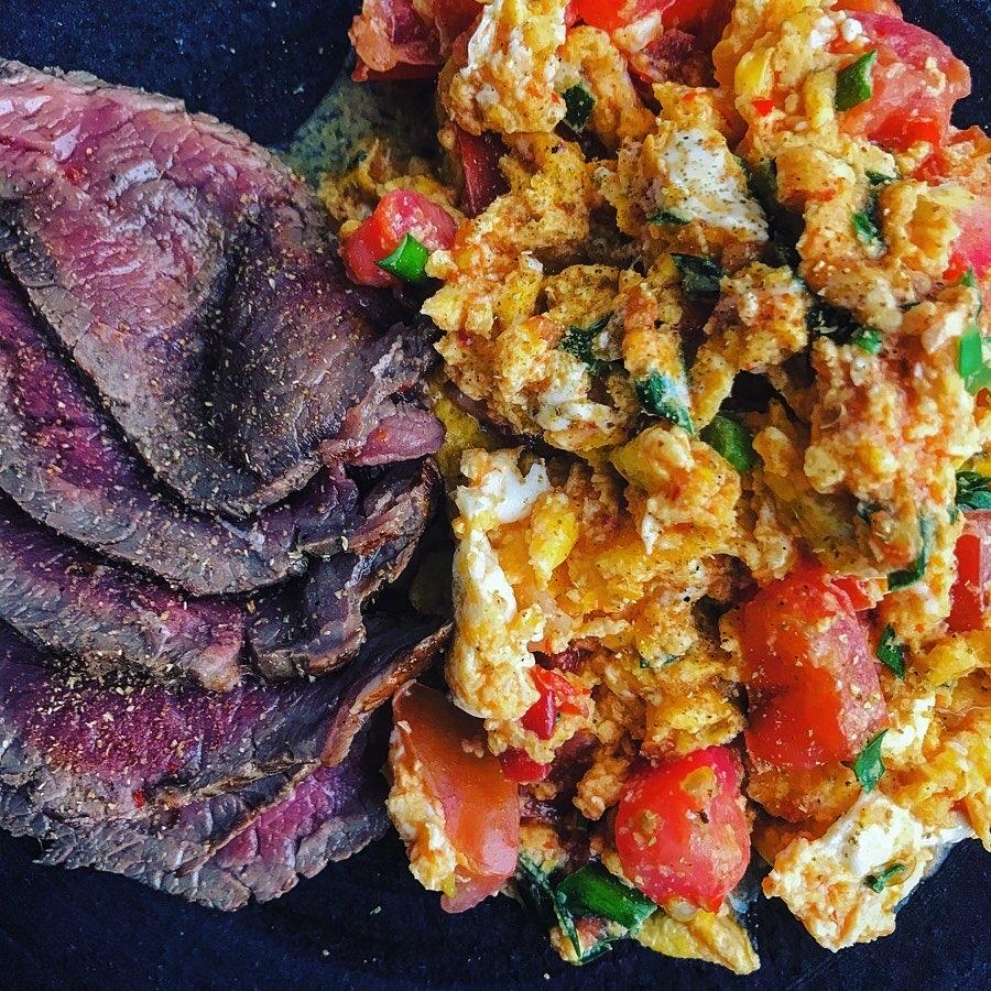 マトと玉子のニンニク豆板醤炒め、花椒と山椒香るローストビーフ