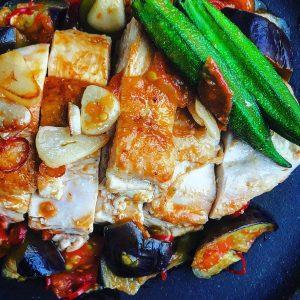 鶏ムネ肉、トマト、茄子のアラビアータ