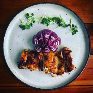 鶏もも肉の西京焼きと紫色玉ねぎのグリル