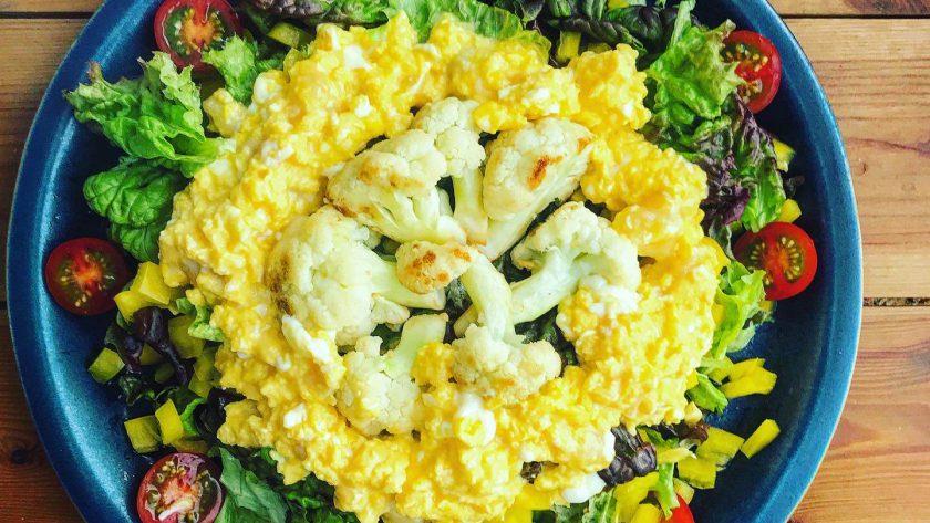 パルミジャーノレッジャーノ入りのスクランブルエッグサラダ