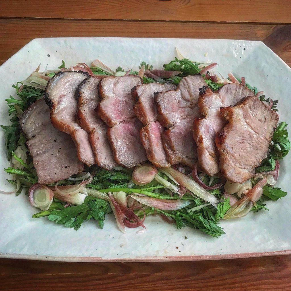 西京漬け豚ロースとミョウガと春菊のサラダ