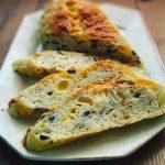 黒オリーブとドライ野菜とチーズのおかずバケット