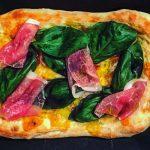 生ハムとバジルの自家製スクエア型ピザ